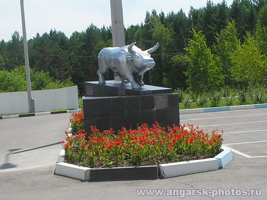 Статуя быка на въезд в Ангарск
