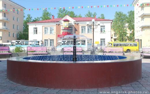 фонтан рядом с пальмирой